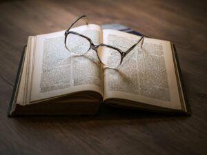 Buch mit Glas